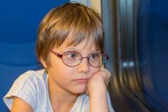Маленькая девочка смотря через окно Стоковое Фото