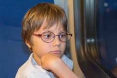 Маленькая девочка смотря через окно Стоковое Изображение RF