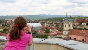 Маленькая девочка смотря через sightseeing бинокли видеоматериал