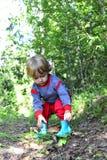 Маленькая девочка собирает гриб Стоковые Изображения