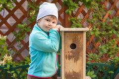 Маленькая девочка стоит около новой handmade коробки вложенности Стоковое Фото