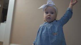 Маленькая девочка стоящ и смотрящ вокруг сток-видео