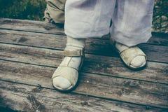 Маленькая девочка стоя деревянная предпосылка пола Крупный план ног Стоковые Фотографии RF
