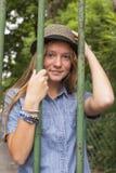 Маленькая девочка стоя за барами старого парка прогулка Стоковое Фото