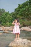 Маленькая девочка стоя на камне стоковая фотография rf