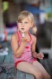 Маленькая девочка счастлива и играть Стоковое Фото