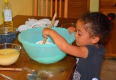 Маленькая девочка счастливо печь Стоковая Фотография