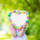 Маленькая девочка с белой доской для приветствий пасхи Стоковое фото RF