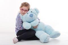 Маленькая девочка с большим плюшевым медвежонком Стоковая Фотография RF