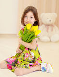 Маленькая девочка с букетом желтых тюльпанов стоковое изображение rf