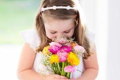 Маленькая девочка с букетом цветка Стоковое Изображение RF