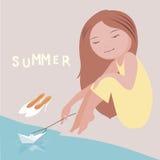 Маленькая девочка начинает бумажный корабль вниз с реки Стоковое Фото