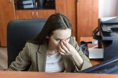 Маленькая девочка с головной болью держит голову с его рукой боль в его висках мигрень Стоковые Фотографии RF