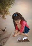 Маленькая девочка с голубями Стоковое фото RF