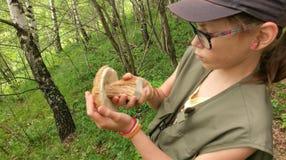 Маленькая девочка с грибом porcini стоковые изображения rf