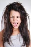 Маленькая девочка с грязными волосами кричащими стоковое изображение rf