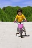 Маленькая девочка с ее велосипедом Стоковое фото RF