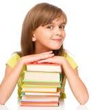 Маленькая девочка с ее книгами стоковые фотографии rf