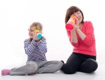 Маленькая девочка с ее матерью Стоковое фото RF