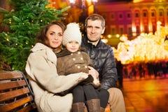 Маленькая девочка с ее родителями на городской площади Стоковая Фотография