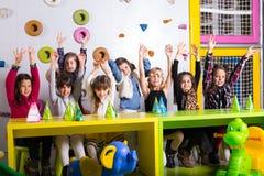 Маленькая девочка с ее друзьями на вечеринке по случаю дня рождения Стоковая Фотография