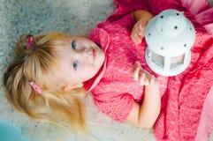 Маленькая девочка с декоративной винтажной лампой стоковое изображение rf