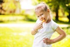 Маленькая девочка с леденцом на палочке Стоковое Фото