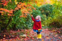 Маленькая девочка с желтыми лист осени Стоковое фото RF