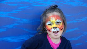Маленькая девочка с картиной стороны льва ревя как лев акции видеоматериалы