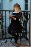 Маленькая девочка с компьютером таблетки стоковое фото