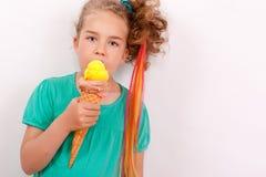 Маленькая девочка с конусом мороженого гигантов Стоковая Фотография RF
