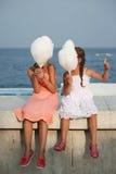 Маленькая девочка с конфетой хлопка Стоковые Изображения