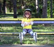 Маленькая девочка с коньками ролика Стоковое Изображение RF