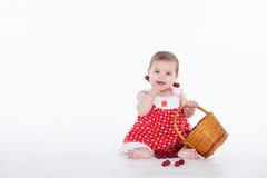 Маленькая девочка с корзиной ягод вишен Стоковые Фото