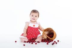 Маленькая девочка с корзиной ягод вишен Стоковое Изображение