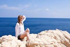 Маленькая девочка с коричневой шляпой в летнем отпуске Стоковые Фотографии RF