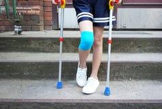 Маленькая девочка с костылями на лестнице Стоковое Изображение RF