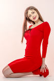 Маленькая девочка с красивой диаграммой в ультрамодном красном платье в кож-плотной мини-юбке и красных высоких пятках и платформ Стоковое Изображение RF