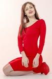 Маленькая девочка с красивой диаграммой в ультрамодном красном платье в кож-плотной мини-юбке и красных высоких пятках и платформ Стоковая Фотография RF