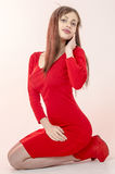 Маленькая девочка с красивой диаграммой в ультрамодном красном платье в кож-плотной мини-юбке и красных высоких пятках и платформ Стоковые Изображения