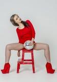 Маленькая девочка с красивой диаграммой в ультрамодном красном платье в кож-плотной мини-юбке и красных высоких пятках и платформ Стоковые Изображения RF