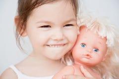 Маленькая девочка с куклой Стоковое фото RF