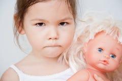 Маленькая девочка с куклой стоковые изображения rf