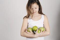 Маленькая девочка с кучей яблок Стоковое Изображение RF
