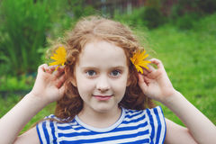 Маленькая девочка с маргариткой в ушах в парке лета Стоковые Фотографии RF