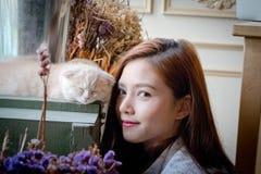 Маленькая девочка с милым котом Стоковые Изображения RF