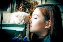Маленькая девочка с милым котом Стоковые Фото
