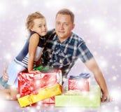Маленькая девочка с моим папой о подарках стоковое фото rf