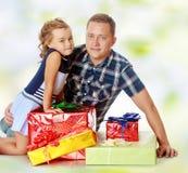 Маленькая девочка с моим папой о подарках стоковое изображение rf