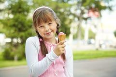 Маленькая девочка с мороженным Стоковая Фотография